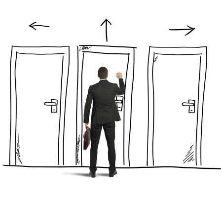 tocar la puerta: Hombre de negocios que abre una puerta dise�ada en una pared