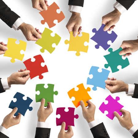 together concept: El trabajo en equipo y el concepto de la integraci�n con las piezas del rompecabezas Foto de archivo