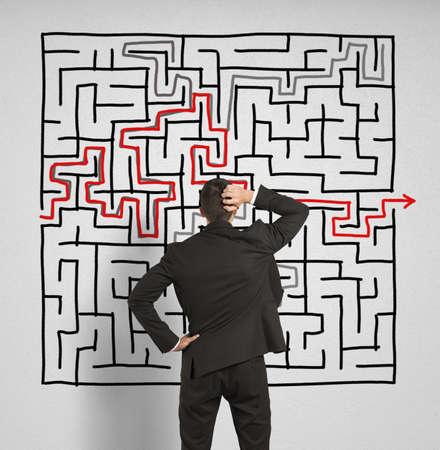 혼란스러운: 혼란 된 비즈니스 사람은 큰 미로에 대한 해결책을 모색 스톡 사진