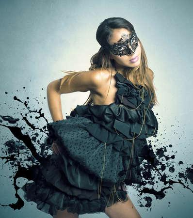 Sensueel donker meisje in een carnaval masker