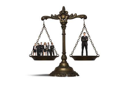 balanza de la justicia: Concepto de la importancia de una persona en un equipo
