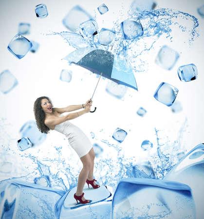 refrescarse: Chica y de la moda del cubo de hielo fresco Foto de archivo