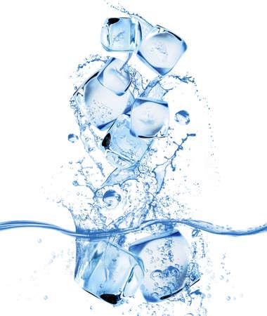 cubos de hielo: Concepto de cubo de hielo y salpicaduras de agua Foto de archivo