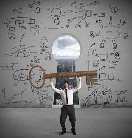 Konzept der Geschäftsmann mit dem Schlüssel zum Erfolg