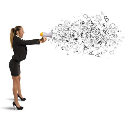 kommunikation: Konzept der Ankündigung mit Geschäftsfrau mit Megaphon