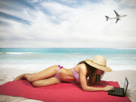 ni�as en bikini: Mujer en la playa tropical