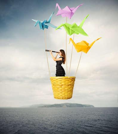 Fille recherchant de nouveaux modes avec origami Banque d'images - 21512341