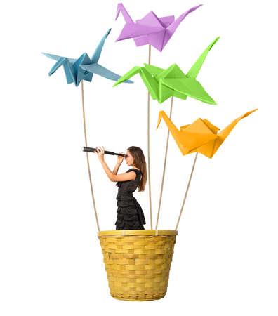Mädchen auf der Suche nach neuen Moden mit Origami Standard-Bild