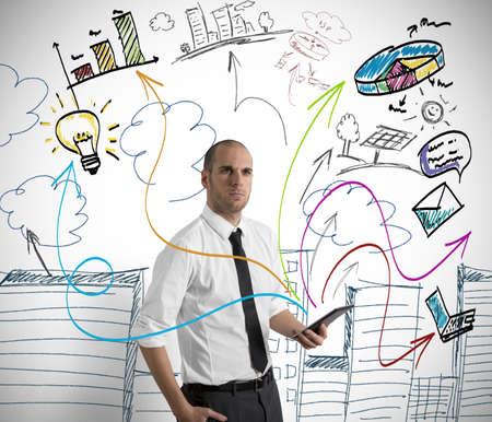 interaccion social: Concepto de un hombre de negocios en el trabajo con la tableta