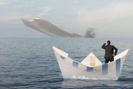 배는 바다로 가라 앉고있다. 비즈니스 위기의 개념