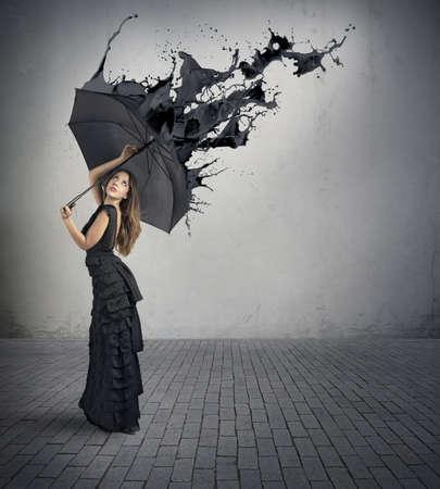 body paint: Concepto del color negro con salpicaduras Chica celebración paraguas