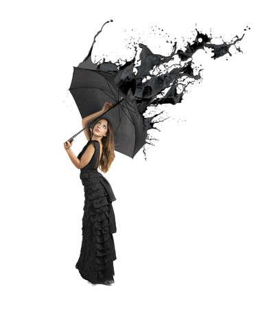 liquido: Concepto del color negro con salpicaduras Chica celebración paraguas