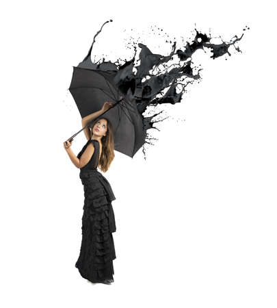 lluvia paraguas: Concepto del color negro con salpicaduras Chica celebraci�n paraguas