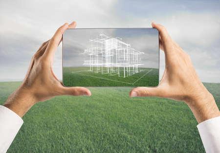 edificio: Arquitecto que muestra el nuevo proyecto de la casa con la tableta