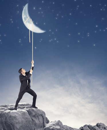 homme: Concept d'un homme d'affaires qui veut la lune