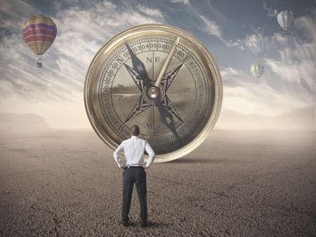 kompas: Podnikatel hledá pro určení obchodních kompasu Reklamní fotografie