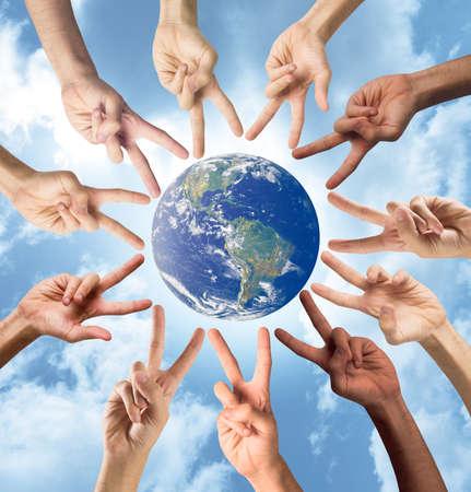 평화의 개념과 손으로 다인종. 세계 제공