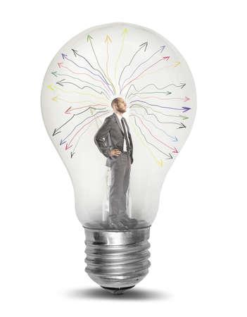 bombilla: Concepto de empresario genio tkinking en una bombilla