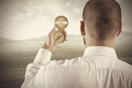 kompas: Pojetí obchodního směru podnikatel a kompasem Reklamní fotografie