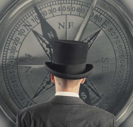 koncept: Begreppet affärsinriktning med affärsmannen och kompass