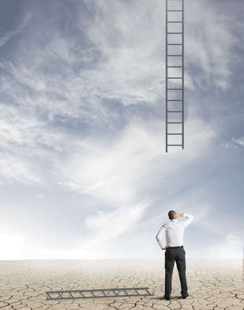 Concepto de dificultades en los negocios con escaleras rotas Foto de archivo