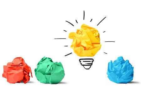 bombilla: Concepto de idea y la innovaci�n con la bola de papel