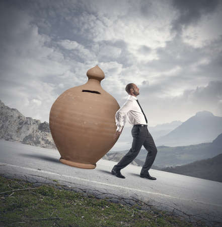 crisis economica: Concepto de protección de ahorros con hucha y empresario