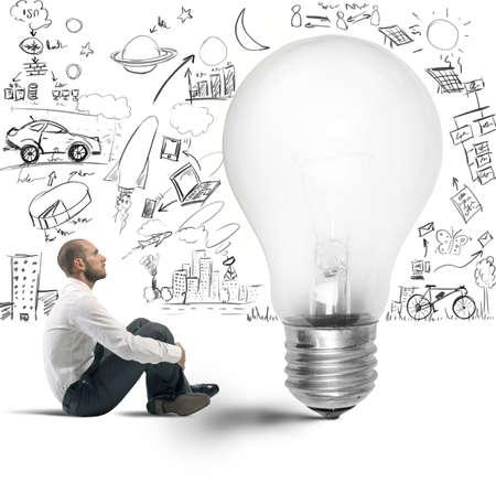 ideas brillantes: Concepto de la nueva idea de un hombre de negocios