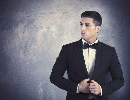 Concept van de elegante jonge man met stropdas
