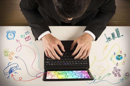 weariness: Hombre de negocios que trabaja en el cuaderno con diferentes tareas Foto de archivo