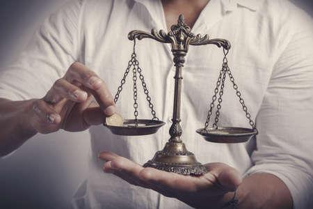 Gewinn-Balance-Konzept mit Geschäftsmann mit Geld Standard-Bild