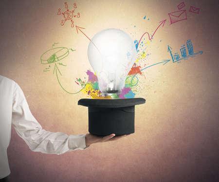 新しいアイデアをビジネス コンセプトの図面と帽子から終了します。