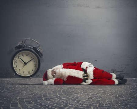 地面に横たわって眠り疲れのサンタ クロースの概念