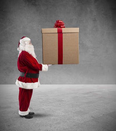 generosity: Santa Claus con un regalo grande de la Navidad