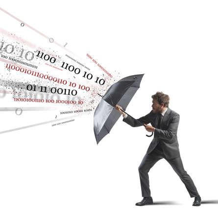 hombre de negocios: Antivirus y concepto de firewall con el empresario y el paraguas