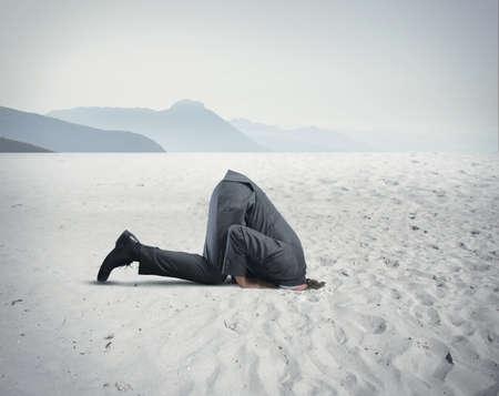 Concept van angst met zakenman als een struisvogel