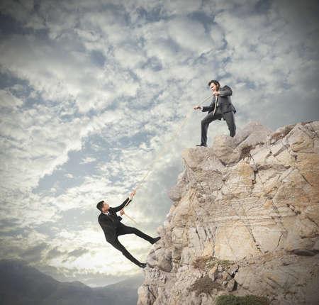 climbing: Concepto del trabajo en equipo con la escalada de negocios