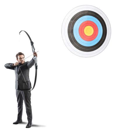 concept: Oznaczony biznesmen i strzały koncepcję docelowego