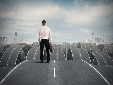 Concept van een zakenman in het gezicht van de moeilijkheden