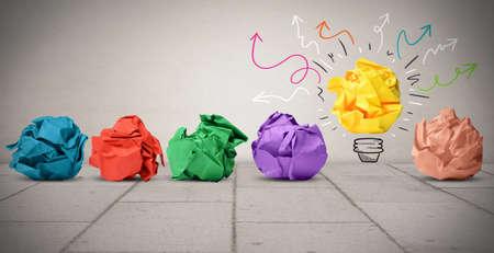 다채로운 구겨진 종이 아이디어의 개념