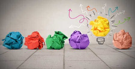 pensamiento creativo: Concepto de idea con papel arrugado colorido