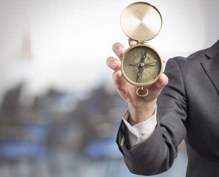 Concept van de oriëntatie in het bedrijfsleven met zakenman en kompas Stockfoto