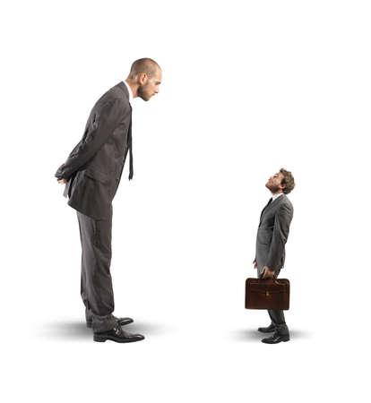 Concept van de zakelijke concurrentie met grote en kleine ondernemers