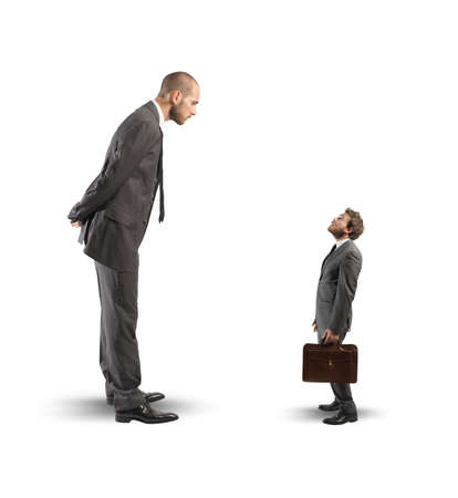 Concepto de negocio la competencia con grandes y pequeños empresarios