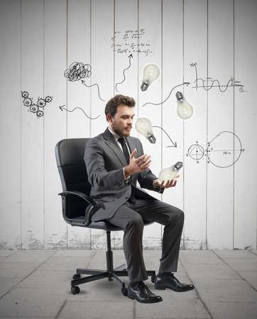 新しいアイデアを詳しく説明する実業家の概念