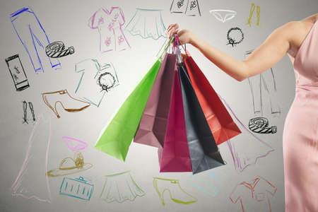 moda ropa: Concepto de las compras con varias bolsas de la compra de colores y dibujo Foto de archivo