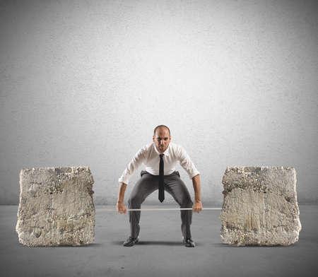 zasilania: Biznesmen Sportowiec z sztangą i kamieni ciężkich