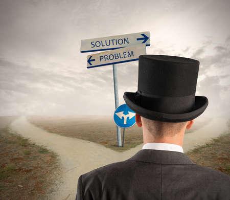 cruce de caminos: Hombre de negocios delante de una señal de un problema y la solución de manera