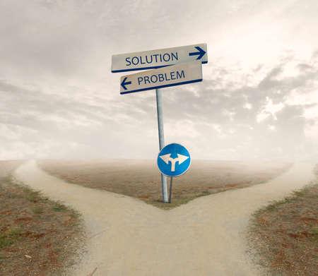 cruce de caminos: Cruce con señal de problema y solución de manera Foto de archivo