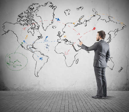 wall maps: Concepto de negocio global con el empresario que dibuja un mapa del mundo Foto de archivo